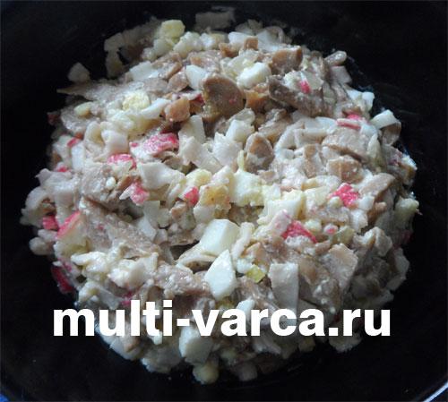 Салат с жареными крабовыми палочками, шампиньонами и яйцом