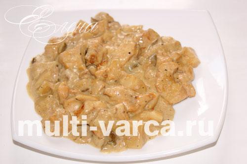 Белые грибы тушеные с курицей в сметане в мультиварке