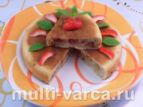 Пирог с ревенем и клубникой в мультиварке