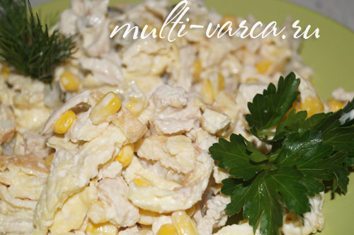 Салат с курицей, яичными блинчиками и кукурузой