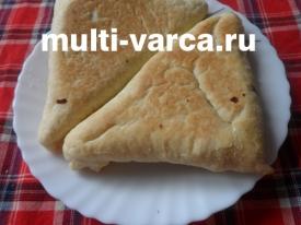 Слоеные пирожки с грибами и сыром в мультиварке