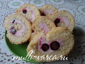 Вкусный домашний бисквитный рулет с творожным кремом и ягодами в мультиварке