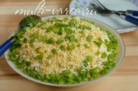 Куриный салат с черносливом, яйцом, огурцом