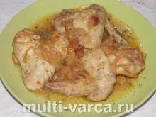 Куриные крылышки с луком и изюмом в мультиварке