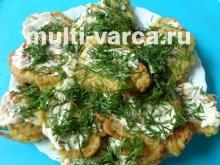 Пышные оладьи из кабачков с чесноком в мультиварке