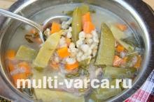 Перловый суп с мясом и свежим зеленым горошком в мультиварке