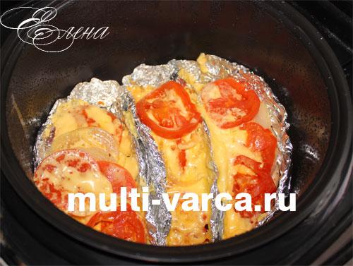 Запеченное куриное филе под сыром и помидорами в мультиварке готово