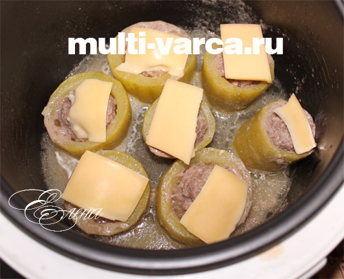 на каждый кабачок кладем ломтик сыра