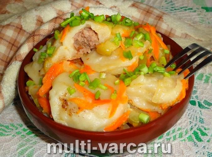 Пельмени с овощами на сковороде, тушеные в сметане