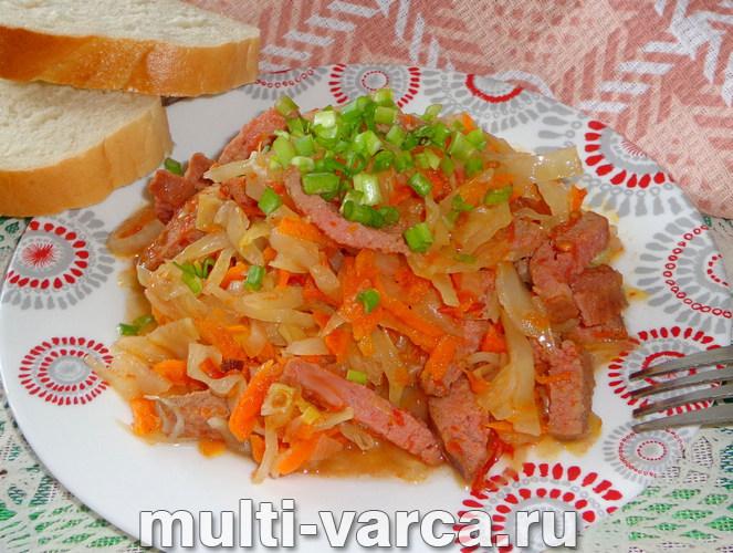 Тушеная капуста с колбасой в мультиварке
