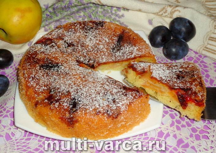 Пирог со сливами и яблоками в мультиварке