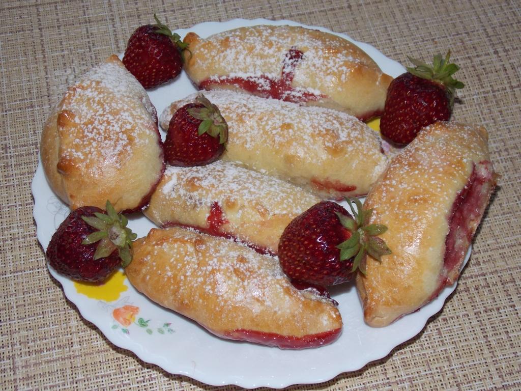 Пирожки с клубникой в духовке