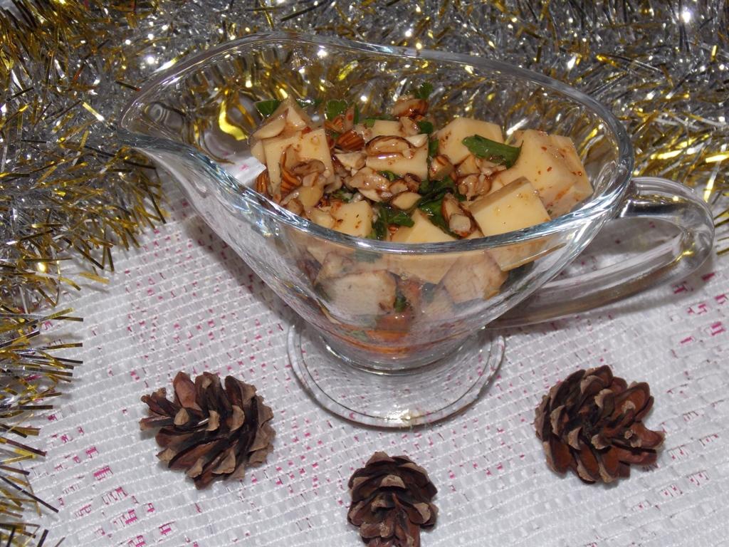 приготовить вкусный маринованный сыр с петрушкой и орехами в масле