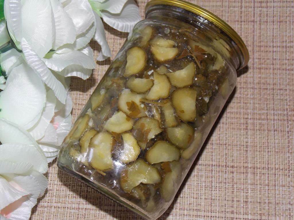Салат из огурцов с чесноком и зеленью на зиму