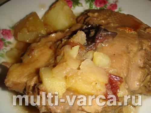 Утка кусочками с яблоками и черносливом в мультиварке