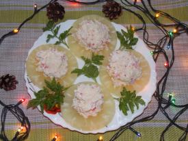 Закуска с крабовыми палочками на ананасах