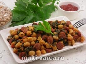 Рагу из нута со шпинатом, помидорами и охотничьими колбасками