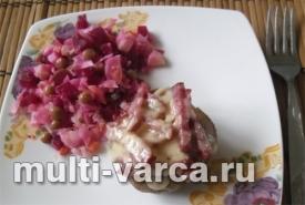 Картофель с колбасой и сыром в мультиварке
