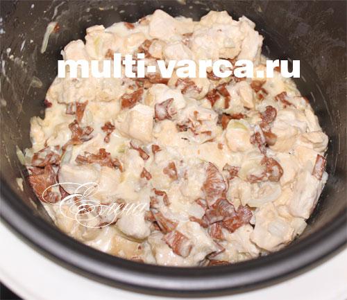 Грибы с курицей готовим в мультиварке в режиме тушения