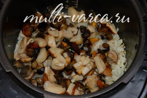 Говяжья печень жареная с луком и грибами в сметане